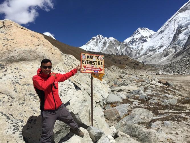 showing way for Everest base camp trek