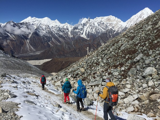 trekking from larke la pass